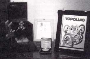"""Alcuni dei premi ricevuti da Romano Scarpa nel corso della sua carriera. Tra gli altri quello di una vecchia edizione di Treviso Comics, lo Yellow Kid (a Lucca '90) ed il """"Premio Topolino""""."""