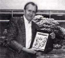 """Scarpa a Riva del Garda, dove ha ricevuto la copertina d'argento del """"Premio Topolino"""", 1991."""